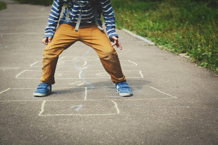 놀이터에서 돌보기 놀이를하는 어린 소년 스톡 콘텐츠