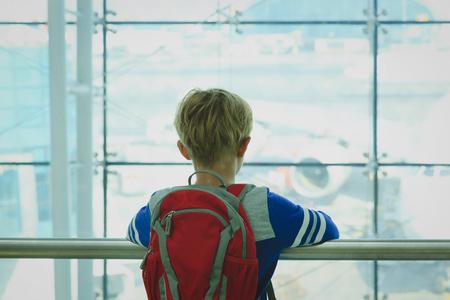 空港で飛行機を見て少年