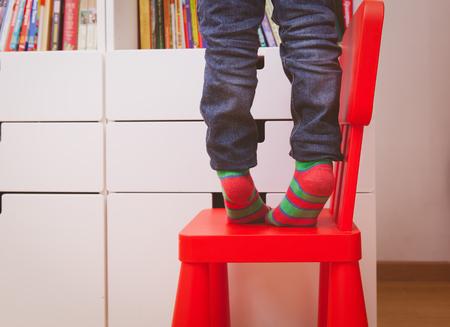 Sécurité des enfants - escalade enfant sur chaise bébé Banque d'images - 84146957