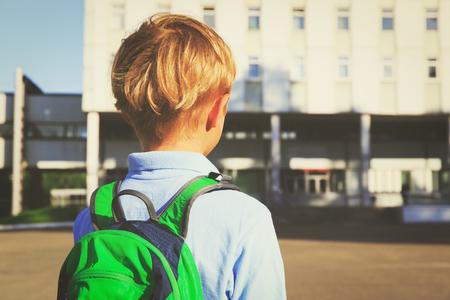 cognicion: Niño pequeño con mochila ir a la escuela Foto de archivo