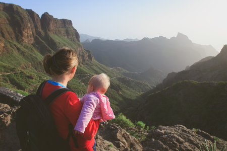 mother and little daughter travel in mountains 版權商用圖片