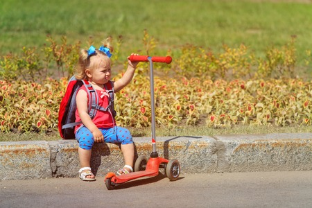 schattig klein meisje moe scooter rijden, ambitieus ouderconcept