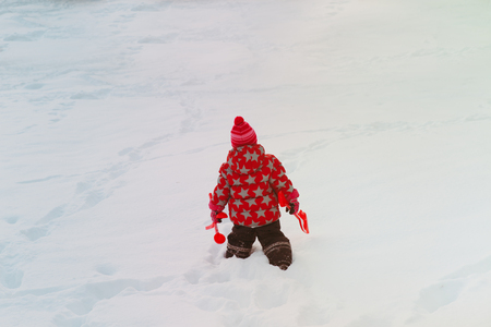 little girl go play in winter snow Banco de Imagens - 87105231