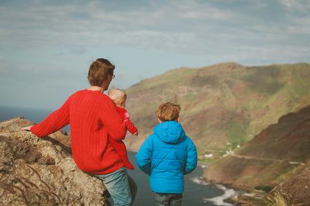 Vater und zwei Kinder wandern in Teneriffa, Spanien Standard-Bild - 87646256