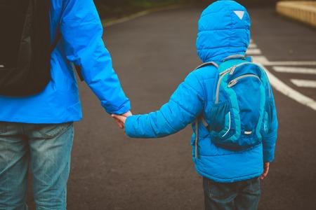 Vader en zoon gaan naar school Stockfoto - 87600578