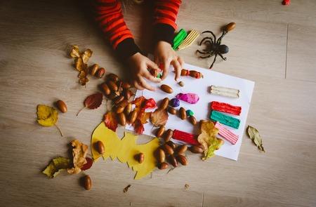 할로윈 준비입니다. 점토와 천연 재료로 공예품을 만드는 어린 소녀