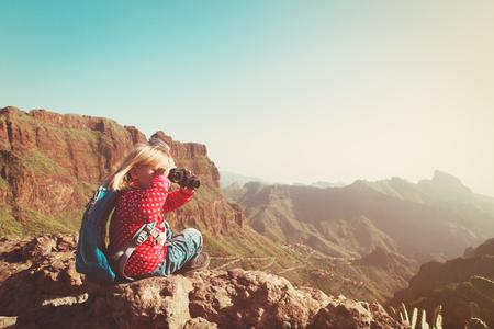 Familienreise - kleines Mädchen, das in den Bergen betrachtet Ferngläser wandert Standard-Bild - 89192969