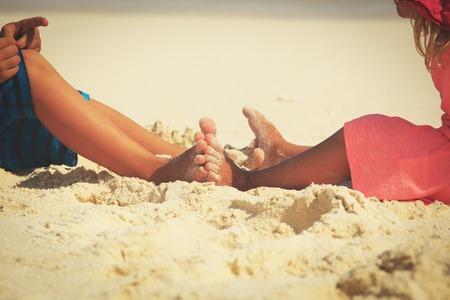 kinderen voeten op zand strand, vakantie concept Stockfoto