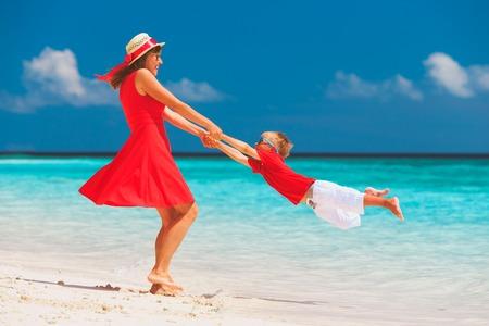 Felice madre e figlio che giocano sulla spiaggia Archivio Fotografico - 89040688