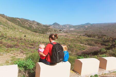 山で子供旅行と母