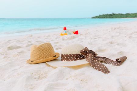 ビーチバケーションの家族 - 海の帽子と砂の城