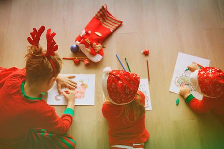 kids making Christmas crafts, family celebration Foto de archivo