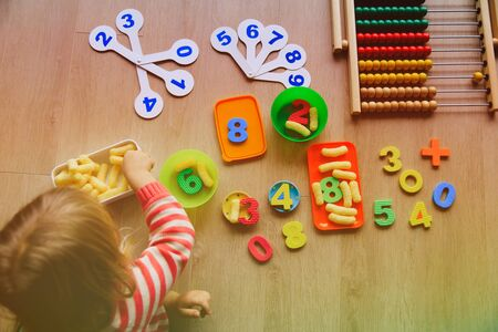 little girl learning numbers and math at home Banco de Imagens - 92086643