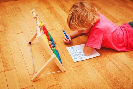 家で数字を学ぶ小さな男の子