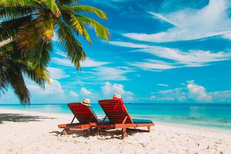 熱帯の休暇に2つのビーチチェア