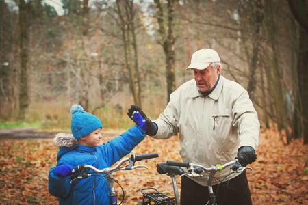 Lterer Großvater mit Enkel Fahrräder in der Natur Standard-Bild - 93596470