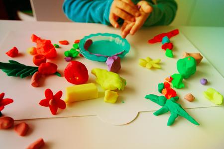 粘土成形形状で遊ぶ子供