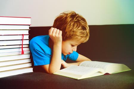 어린 소년 집에서 책을 읽고 학습