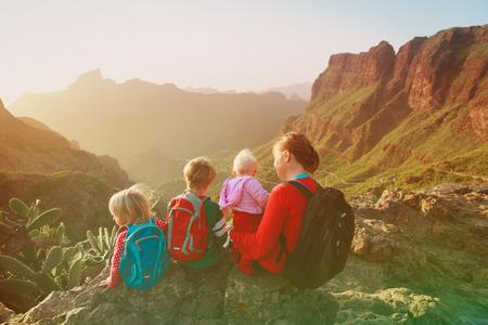 山でハイキングする3人の子供を持つ母親 写真素材