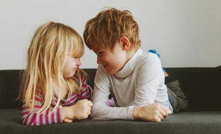 Rivalität zwischen Bruder und Schwester, Streit, Zorn, Uneinigkeit