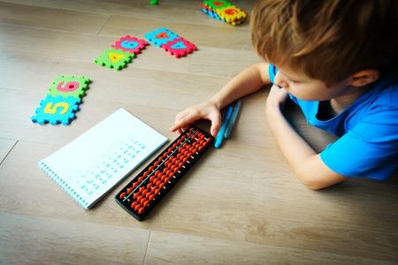 kleine jongen leren getallen, hoofdrekenen, telraam