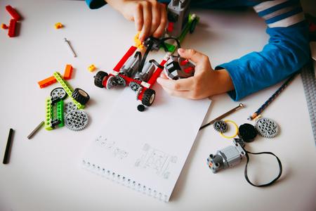 Robot del niño del niño en la lección de seguridad de la edad primaria Foto de archivo - 96008301