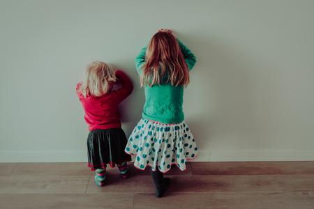 Niñas que se colocan por encima de una pared Foto de archivo - 99143185