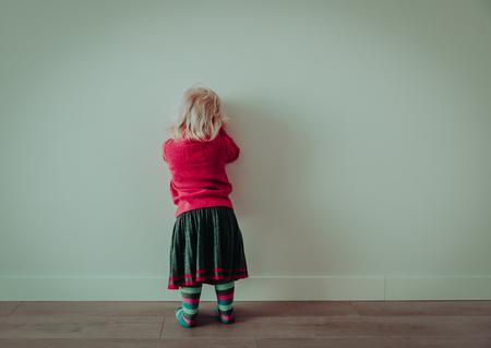 Niña que se coloca contra una pared Foto de archivo - 99143186
