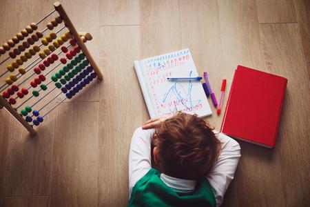 Petit garçon fatigué souligné des devoirs Banque d'images - 99142963