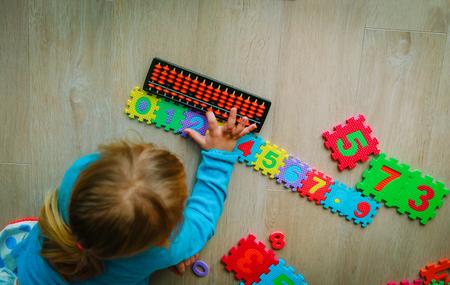 小さな女の子の学習番号、暗算、そろばん