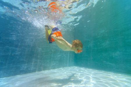 little boy swim underwater Stockfoto