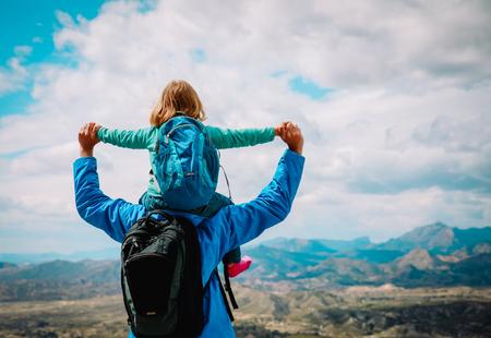 Glücklicher Vater mit kleiner Tochter reisen in der Natur Standard-Bild - 100034391