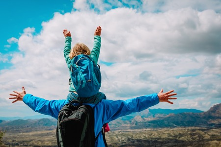 Glücklicher Vater mit kleiner Tochter reisen in der Natur Standard-Bild - 100042479