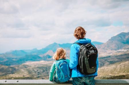 Vater und kleine Tochter reisen in den Bergen wandern Standard-Bild - 100039994
