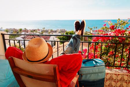Jeune homme touristique se détendre sur la terrasse du balcon pittoresque Banque d'images