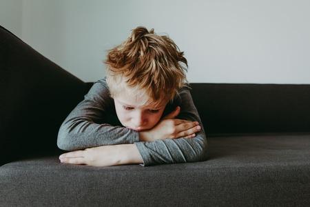 verdrietig gestrest moe uitgeput kind Stockfoto