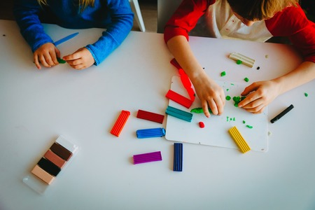 kids playing with clay molding shapes Imagens