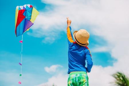 Kleine jongen vliegeren op zomer hemel