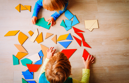 bambini che giocano con il puzzle, il concetto di educazione