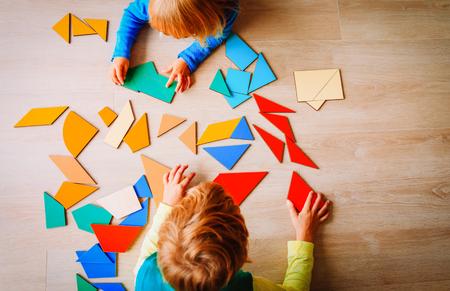 enfants jouant avec puzzle, concept d & # 39; éducation