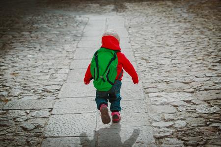 little girl goes to preschool or daycare on road Standard-Bild - 108808939