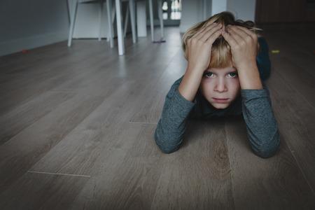 traurig gestresstes müdes erschöpftes Kind zu Hause
