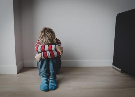 niño cansado triste estrés y depresión, violencia Foto de archivo
