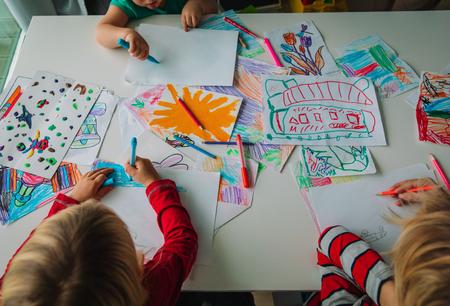 bambini che disegnano, educazione, apprendimento, lezioni di arti e mestieri
