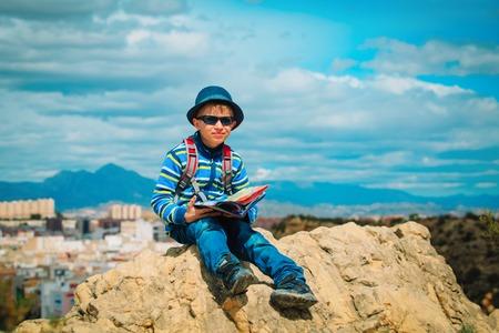 little boy travel in city looking at map 版權商用圖片