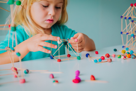 Kind macht geometrische Formen, Ingenieurwesen und STEM
