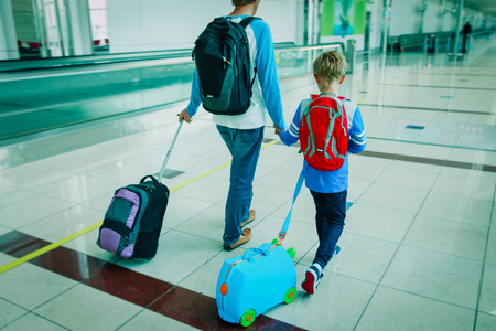 family travel- father and son in airport 版權商用圖片