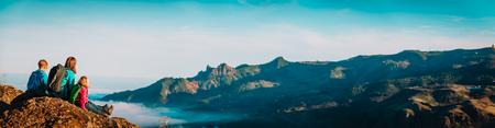 Mutter und Kinder wandern in den Bergen, Familienreisen in die Natur