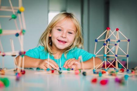 glückliches Kind, das geometrische Formen, Technik und STEM making macht