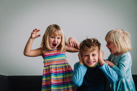 enfants qui crient, frère et sœurs fatigués de rester à la maison, problèmes familiaux